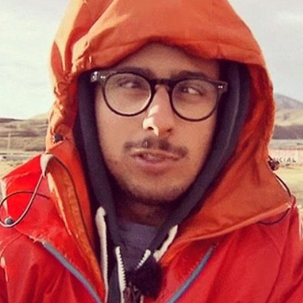Antipodi - Andrea Pinna col cappotto arancione per il Natale advisato
