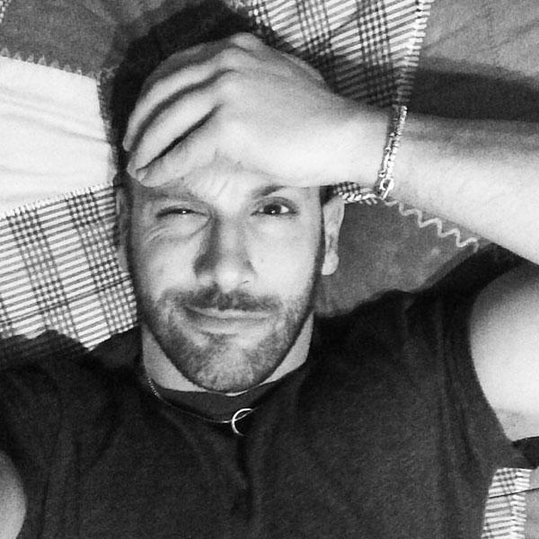 Antipodi - Roberto Bertolini selfie in bianco e nero per il Natale advisato
