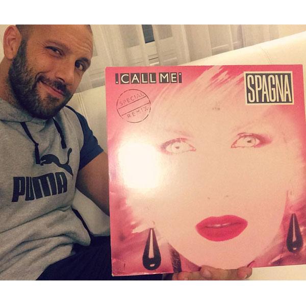 Antipodi - Roberto Bertolini col disco di Ivana Spagna per il Natale advisato